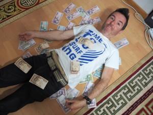 Les liasses de billets de Tugriks ... 2000 T = 1 euro
