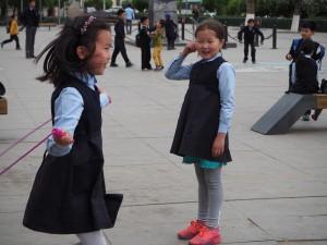 L'école primaire à coté de notre Hostel, il n'y à pas de cour fermée, les enfants jouent sur la place devant l'école