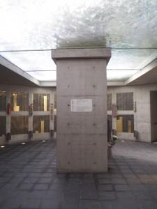 Mémorial de Kobé sous terre avec une fontaine au dessus, et les