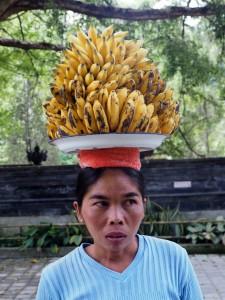 Attention madame, vous avez 15kg de bananes sur la tête !